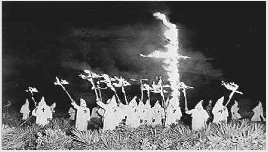 Miembros del Ku Klux Klan quemando una cruz en 1922
